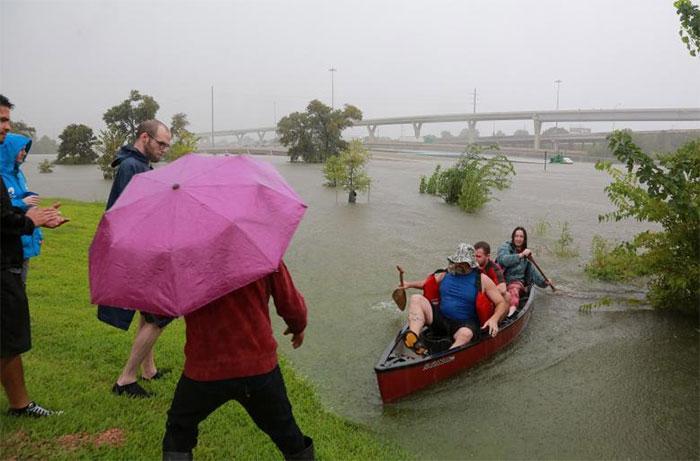 powerful-photos-hurricane-harvey-texas-60-59a51a754806c__700