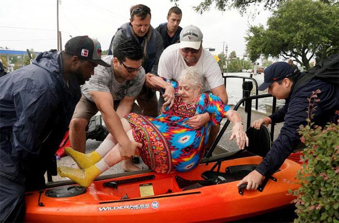 powerful-photos-hurricane-harvey-texas-78-59a52d14c70d1__700