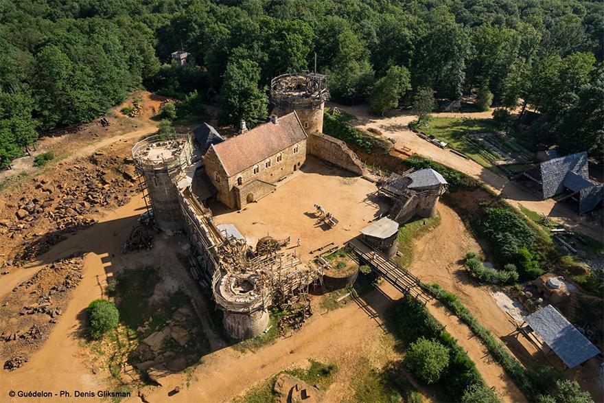 building-13th-century-guedelon-castle-france-12-59c9fe5b61246__880