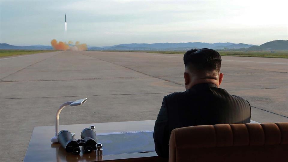 El Presidente del país asiático, Kim Jong-un, posó durante el lanzamiento de un misil que alcanzó el mayor recorrido de todos los probados hasta el momento.