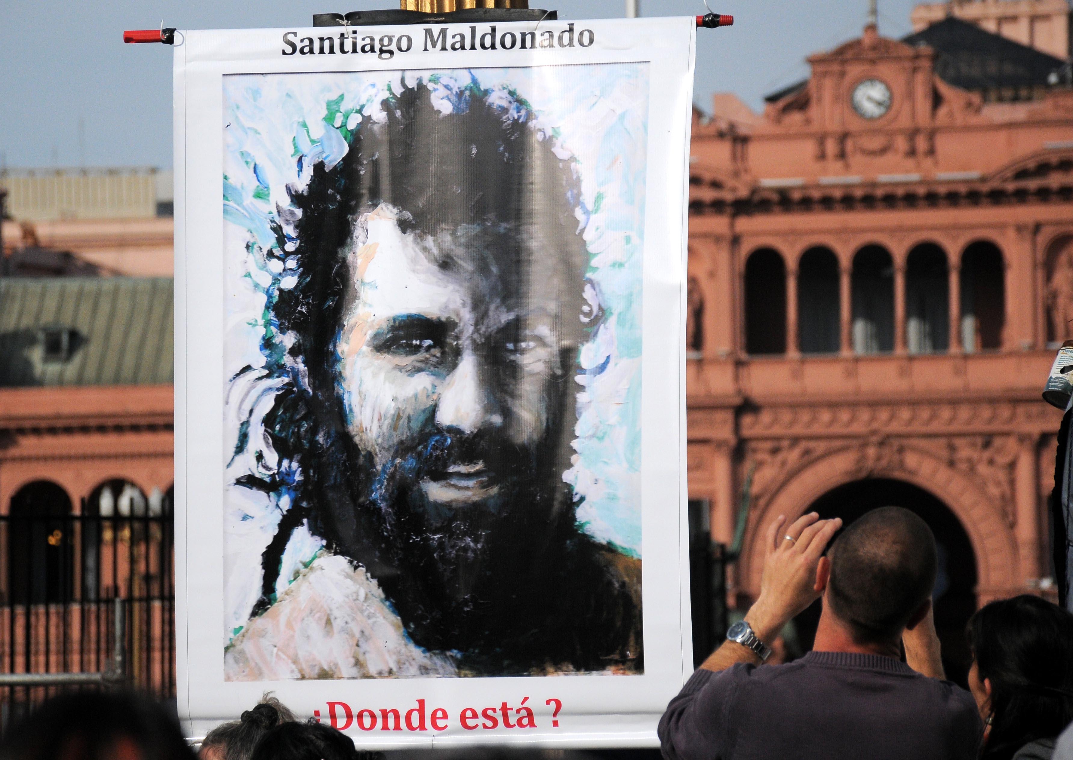 Organizaciones sociales y familiares de Santiago Maldonado, el joven desaparecido hace un mes, reclaman su aparición con vida durante la marcha en Plaza de Mayo.