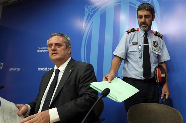 El ministro del Interior catalán, Joaquín Forn, y el jefe de los Mossos, ayer, en Barcelona.