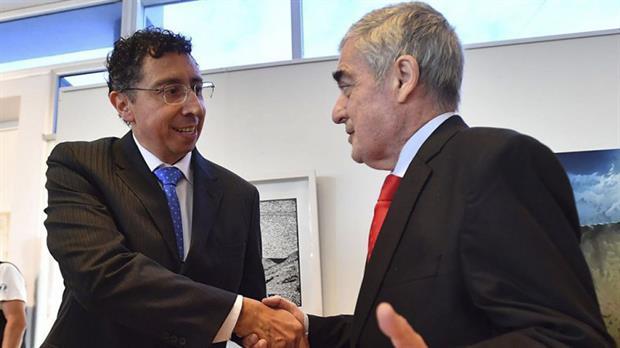 El juez Guillermo Gustavo Lleral (izquierda) junto al gobernador de Chubut, el 2 de noviembre del año pasado cuando juró como magistrado.
