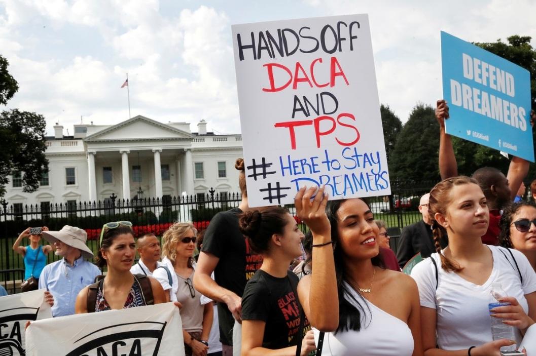 Manifestantes a favor del DACA frente a la Casa Blanca.