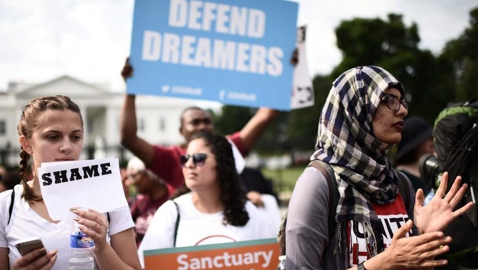 Manifestantes protestan contra la política migratoria de Trump, en Washington.
