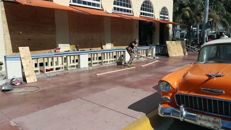 El dueño de un restaurant en Miami protege su negocio a la espera del huracán.