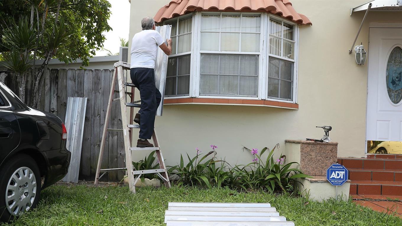 Las personas tapian sus ventanas en Miami.