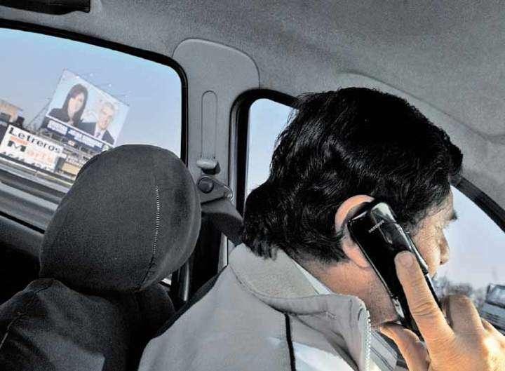 Conducir hablando por celular. La multa cuesta $ 1.115 o el doble para el que conduce enviando mensajes de texto.