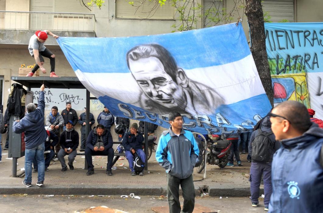 """El titular de la UOCRA de La Plata, Juan Pablo """"Pata"""" Medina, resiste rodeado de sus afiliados un pedido de detención a partir de una denuncia que tramita en la justicia federal."""