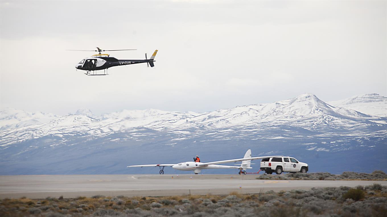 El planeador Perlan II listo para un vuelo más de prueba y a punto de ser remolcado.