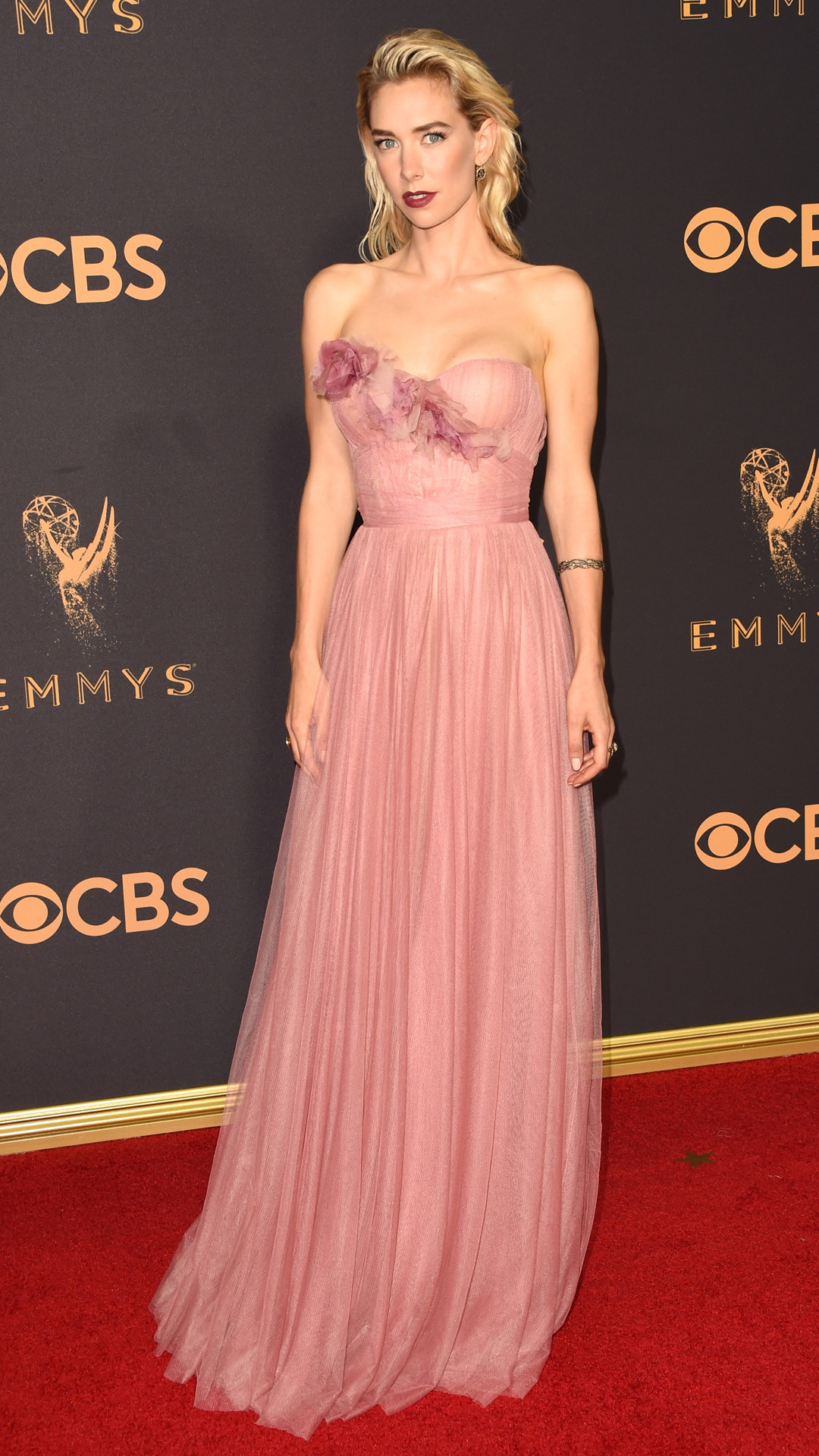 rs_1080x1920-170917164500-1080x1920Vanessa-Kirby-Emmy-Awards-Arrivals-2017