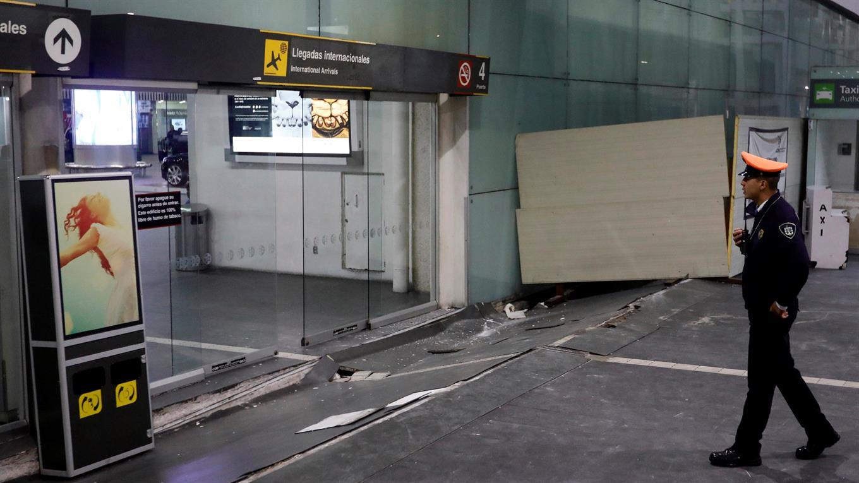 El piso levantado en el Aeropuerto Internacional Benito Juarez.