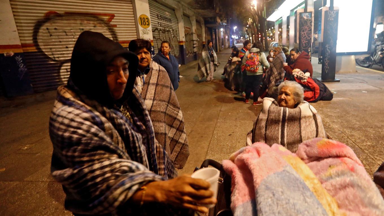 Cientos de personas permanecen en las calles.