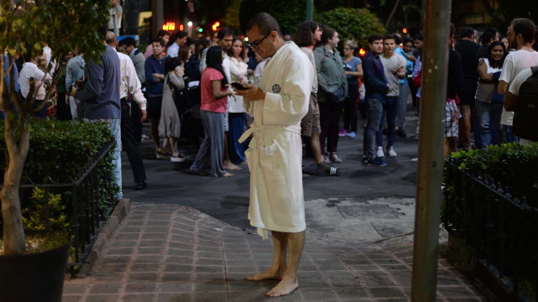 Las personas permanece en las calles, ya que las réplicas son de bastante intensidad.