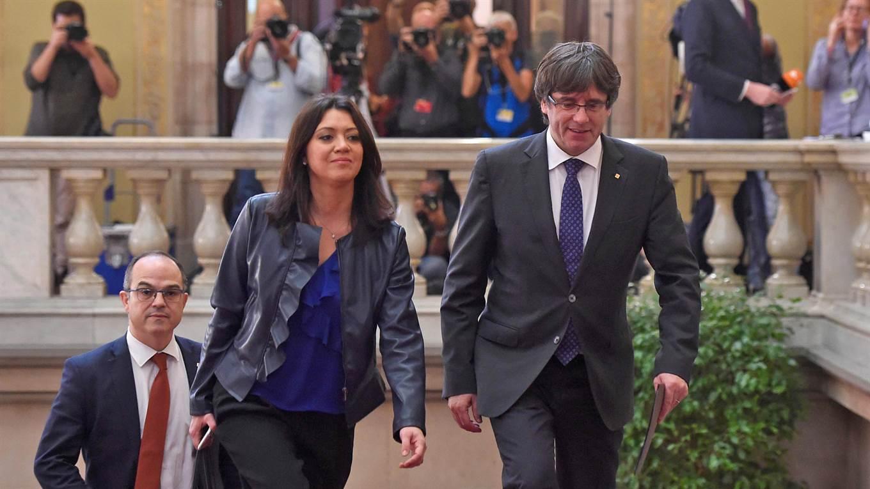 Carles Puigdemont entra al Parlamento acompañado por su esposa.