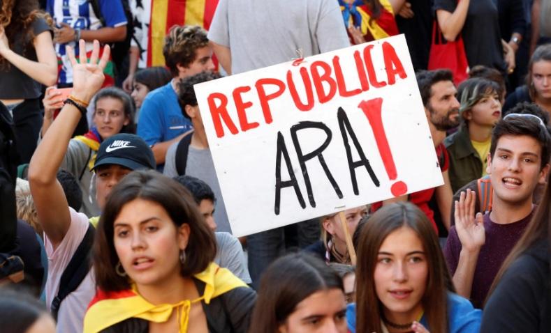 """""""República ahora"""". Estudiantes se manifestaron a favor de la independencia frente a la sede del gobierno regional."""