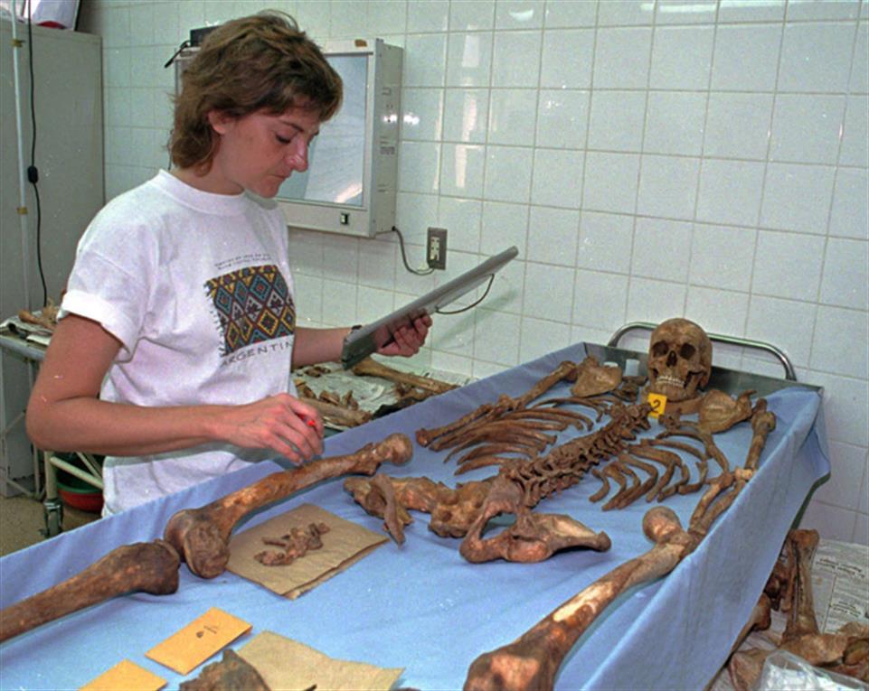 La antropóloga argentina Patricia Bernardi analiza la osamenta de Guevara en julio de 1997.