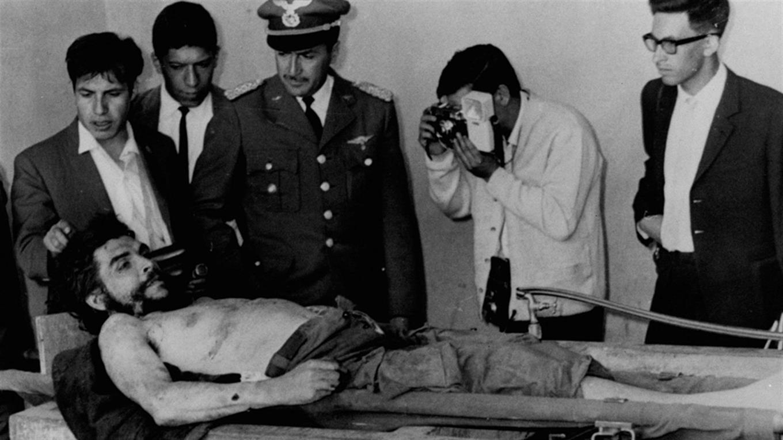 El ejército boliviano le permitió a la prensa tomar fotografías del cuerpo de Ernesto Guevara el 10 de octubre de 1967, en Vallegrande.