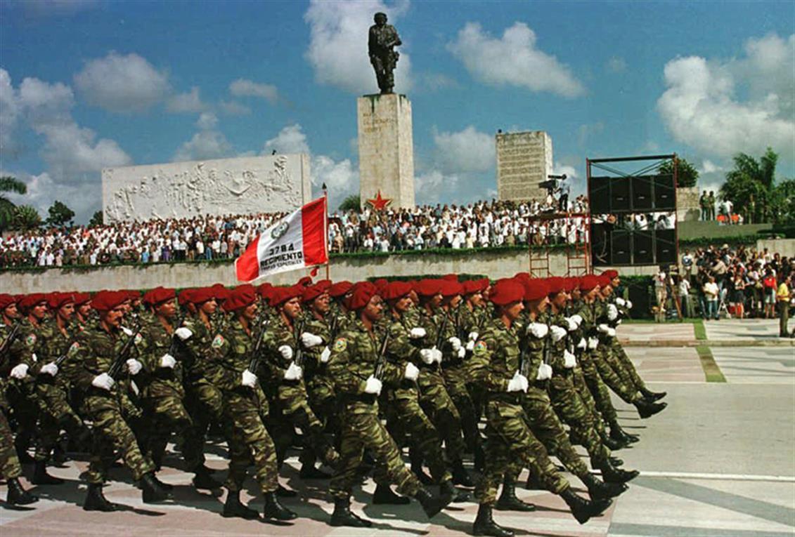 Los restos de Guevara son trasladados durante la ceremonia del 17 de octubre de 1997, en Santa Clara.
