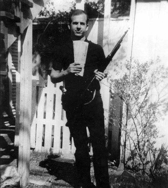 Oswald en los días previos y con diarios marxistas. ¿Era doble agente?