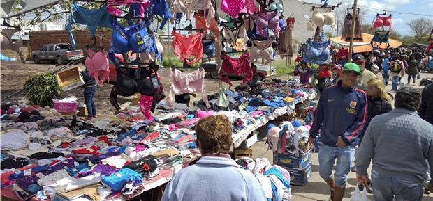 Feria de Solano. Ubicada en el límite de Quilmes y Almirante Brown, buena parte de lo que ofrece es robado; hay otra similar en la avenida Olimpo, en Lomas de Zamora.