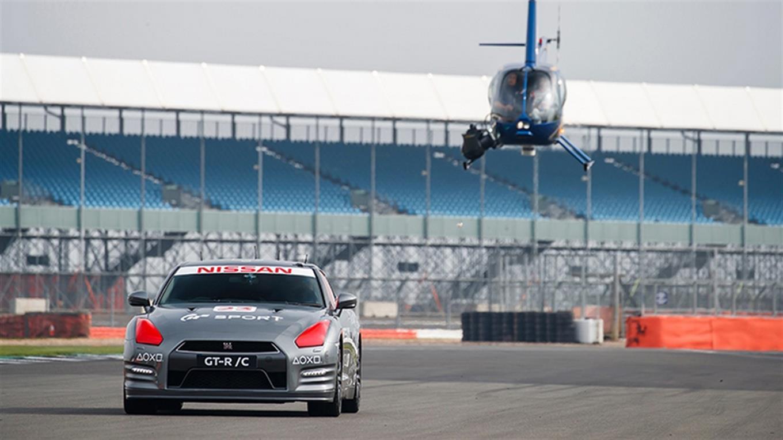 El auto de competición de Nissan fue controlado por un piloto profesional con un mando de PS4 a distancia desde un helicóptero.