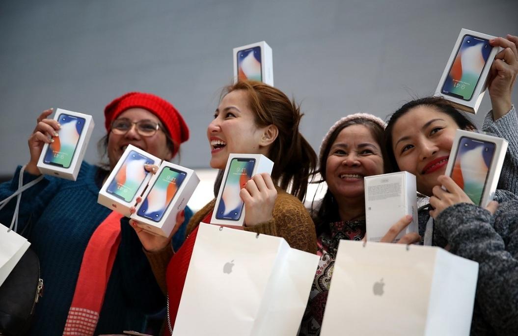Los fanáticos de Apple colmaron la tienda oficial de la marca en Palo Alto, California.