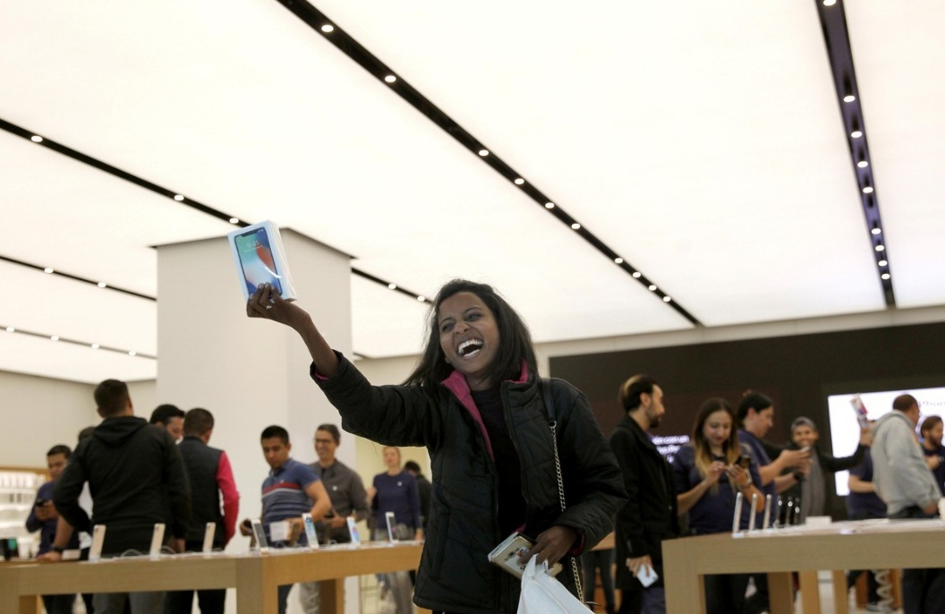 Una mujer muestra un iPhoneX que acaba de comprar hoy en Ciudad de México.