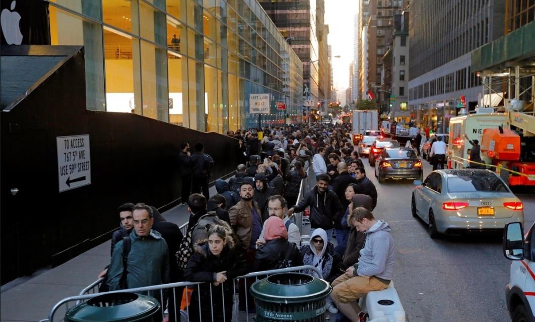 Numerosas personas hacen cola a la entrada de una tienda Apple para adquirir el nuevo iPhone X en Nueva York, Estados Unidos.