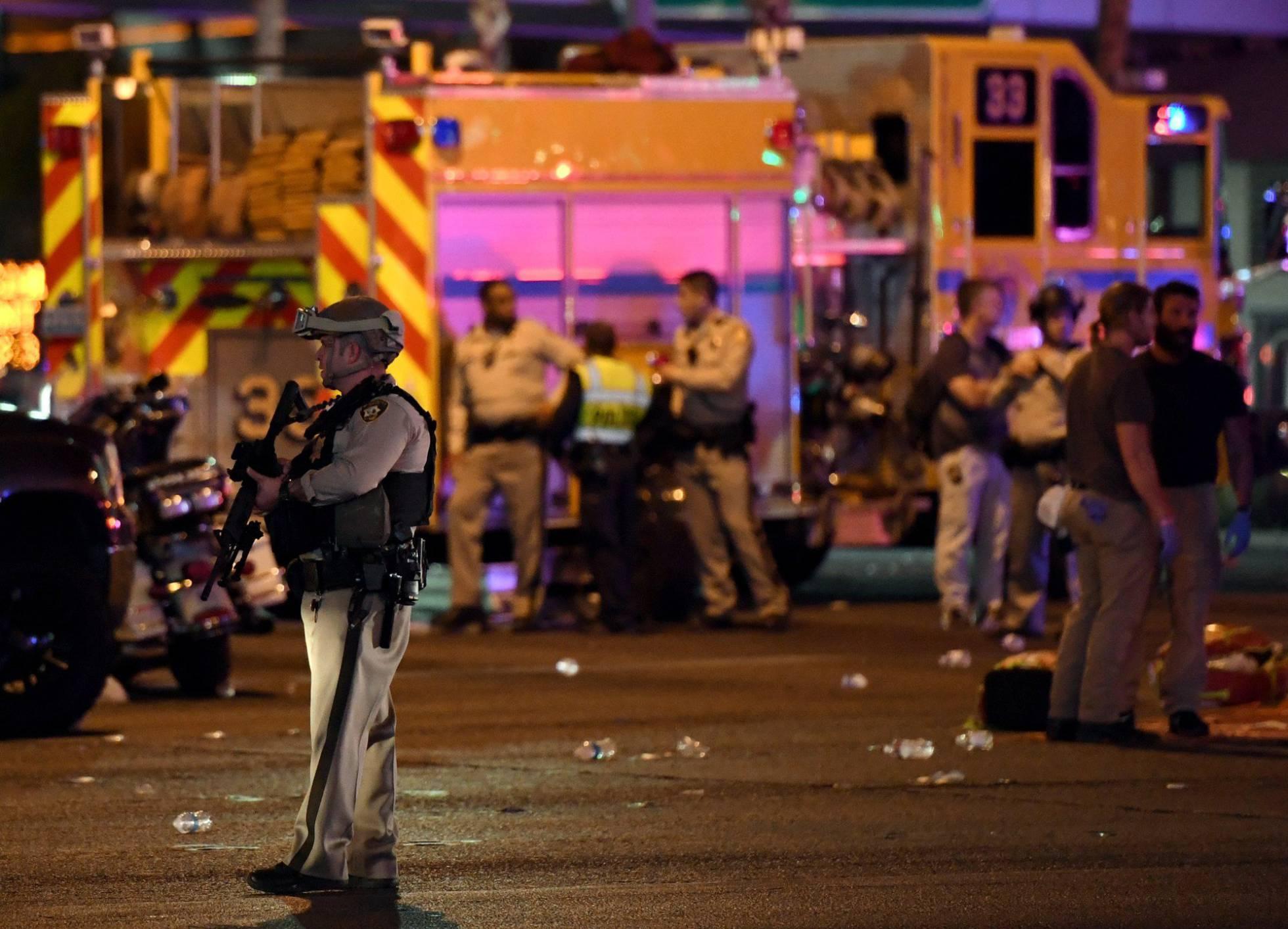 Policías en el lugar del tiroteo en Las Vegas.