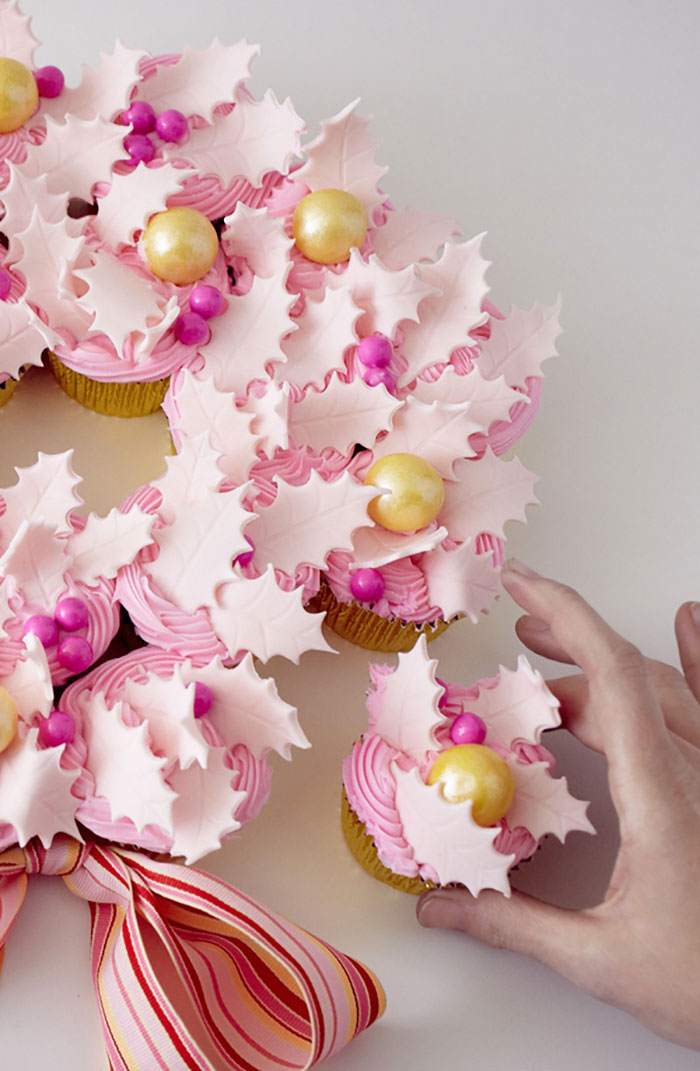 Creative-Holiday-Cupcake-Recipes-293-5a2e8588b2407__700