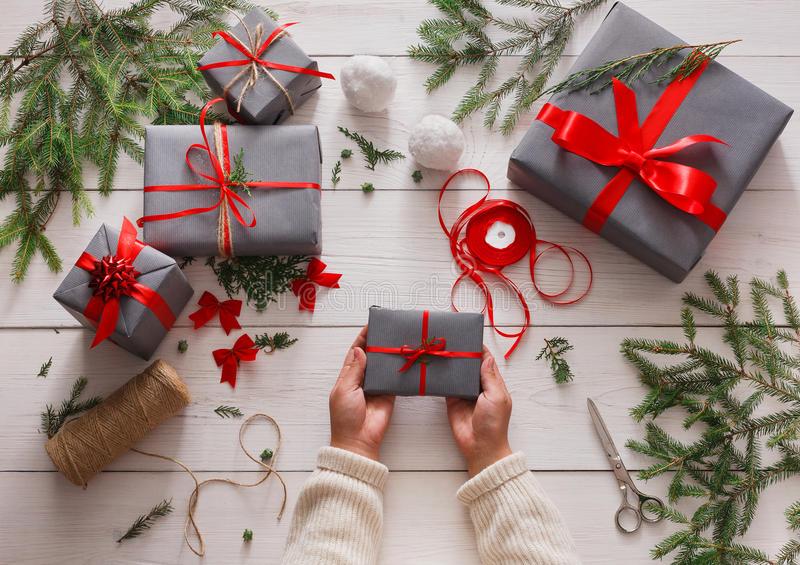envoltorio-para-regalos-regalo-de-navidad-moderno-de-empaquetado-en-cajas-78561728