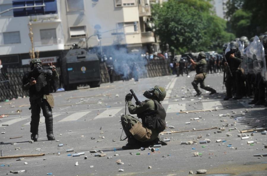 Gendarmeria reprimiendo a los manisfestantes contra la ley de reforma previsional.