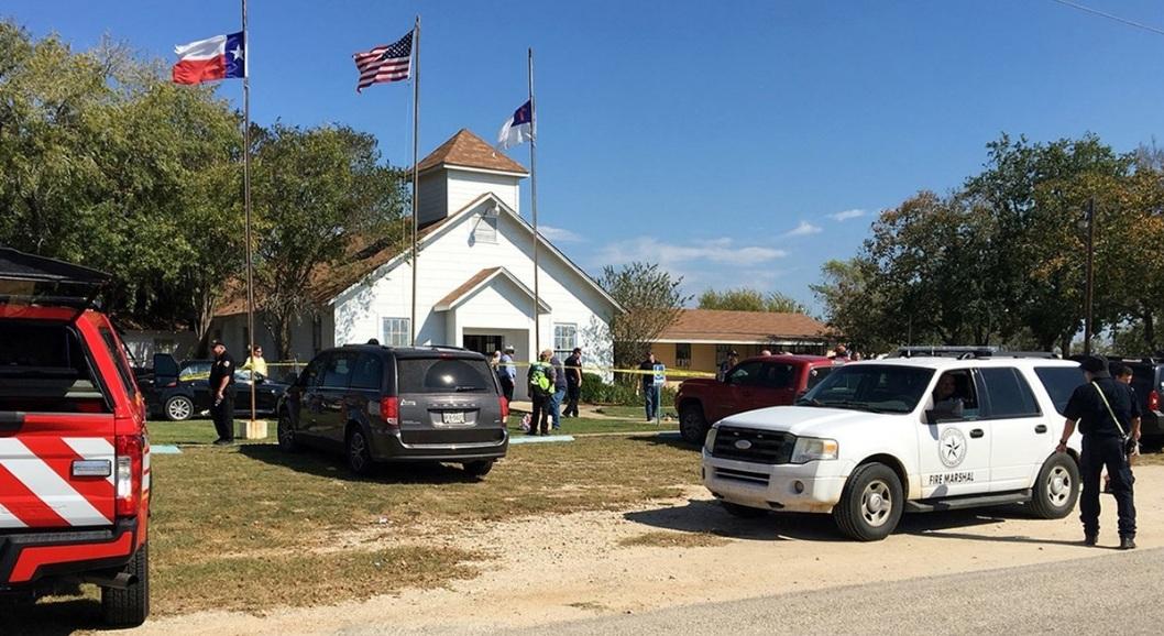 Personal de emergencia responde al tiroteo fatal en Texas.