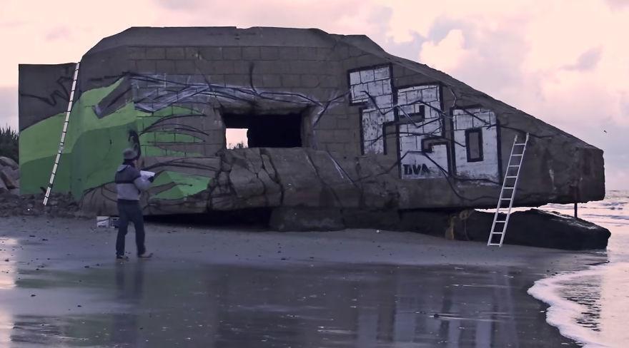 Street-artists-transform-a-block-house-on-the-beach-into-a-Dragon-Ball-character-5a338d8432665__880