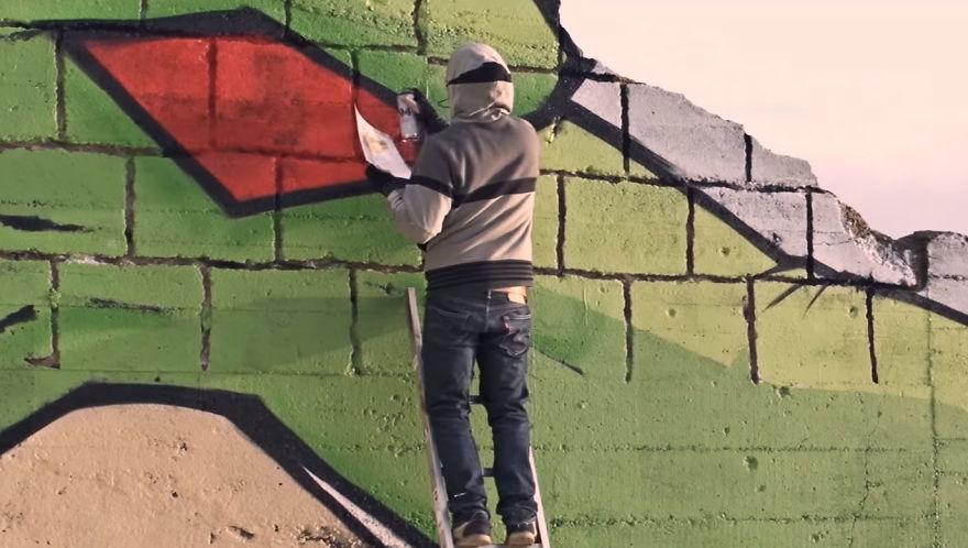 Street-artists-transform-a-block-house-on-the-beach-into-a-Dragon-Ball-character-5a338d8847323__880