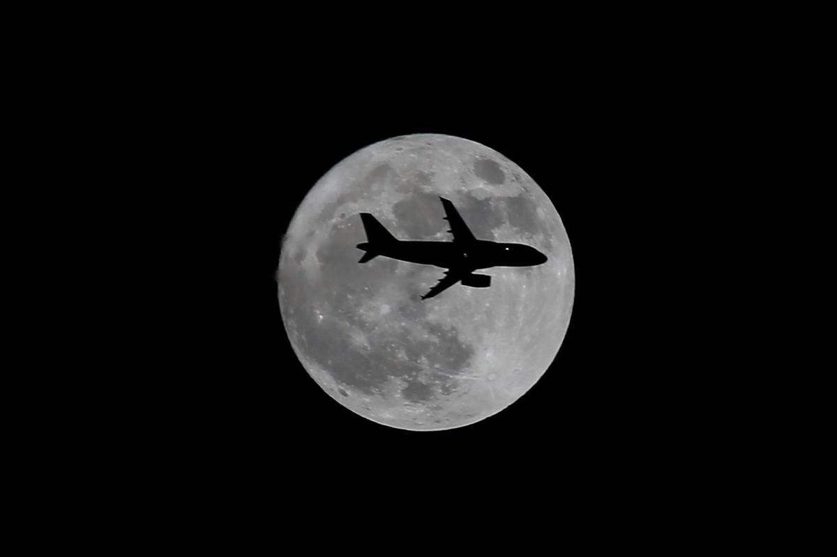un-avion-atravesando-la-luna_06180392_1200x799