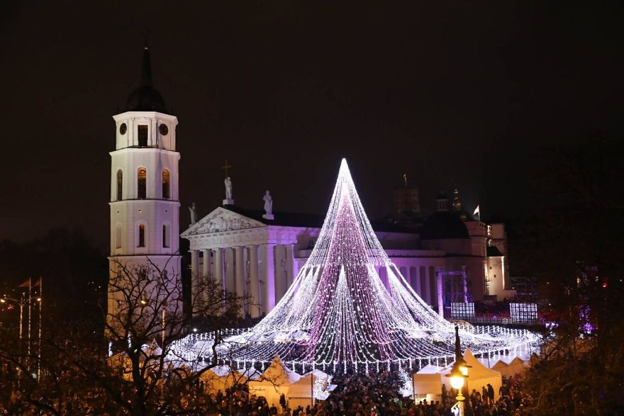 Vilnius-Does-It-Again-Spectacular-Christmas-Tree-Illuminated-By-70000-Lightbulbs-Starts-Festive-Season-in-Lithuanias-Capital-5a2511928c972__880