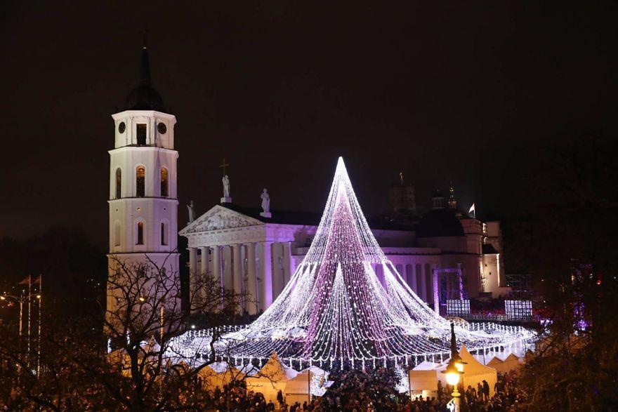 Vilnius-Does-It-Again-Spectacular-Christmas-Tree-Illuminated-By-70000-Lightbulbs-Starts-Festive-Season-in-Lithuanias-Capital-5a2511928c972__880
