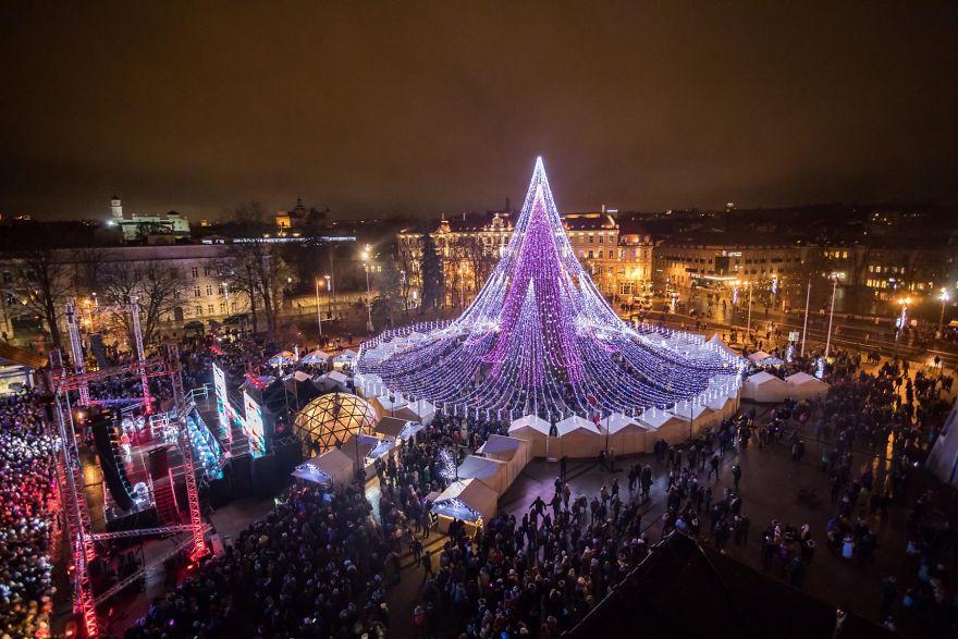 Vilnius-Does-It-Again-Spectacular-Christmas-Tree-Illuminated-By-70000-Lightbulbs-Starts-Festive-Season-in-Lithuanias-Capital-5a251198a34ba__880