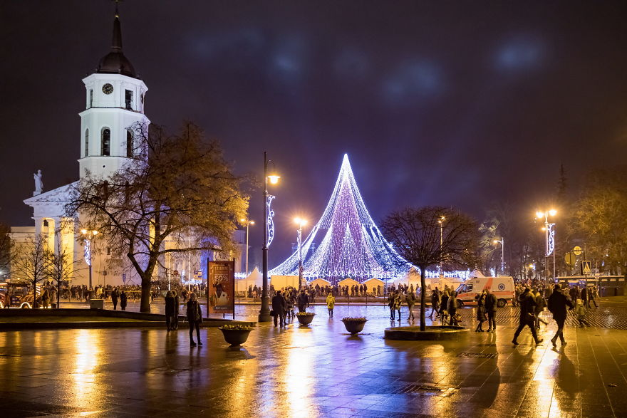 Vilnius-Does-It-Again-Spectacular-Christmas-Tree-Illuminated-By-70000-Lightbulbs-Starts-Festive-Season-in-Lithuanias-Capital-5a2554e30cd34__880