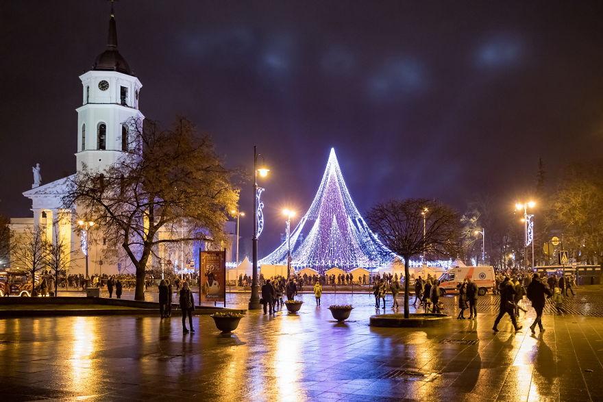 Vilnius-Does-It-Again-Spectacular-Christmas-Tree-Illuminated-By-70000-Lightbulbs-Starts-Festive-Season-in-Lithuanias-Capital-5a2554e30cd34__880