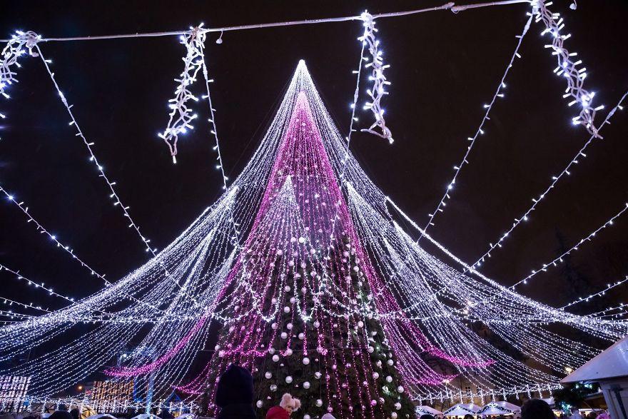 Vilnius-Does-It-Again-Spectacular-Christmas-Tree-Illuminated-By-70000-Lightbulbs-Starts-Festive-Season-in-Lithuanias-Capital-5a2554e5e764a__880