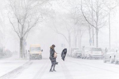 ELZ122. ZÚRICH (SUIZA), 17/01/2018.- Una mujer se pelea con su paraguas durante una tormenta de nieve en una calle de Zúrich (Suiza) hoy, 17 de enero de 2018. EFE/ Ennio Leanza