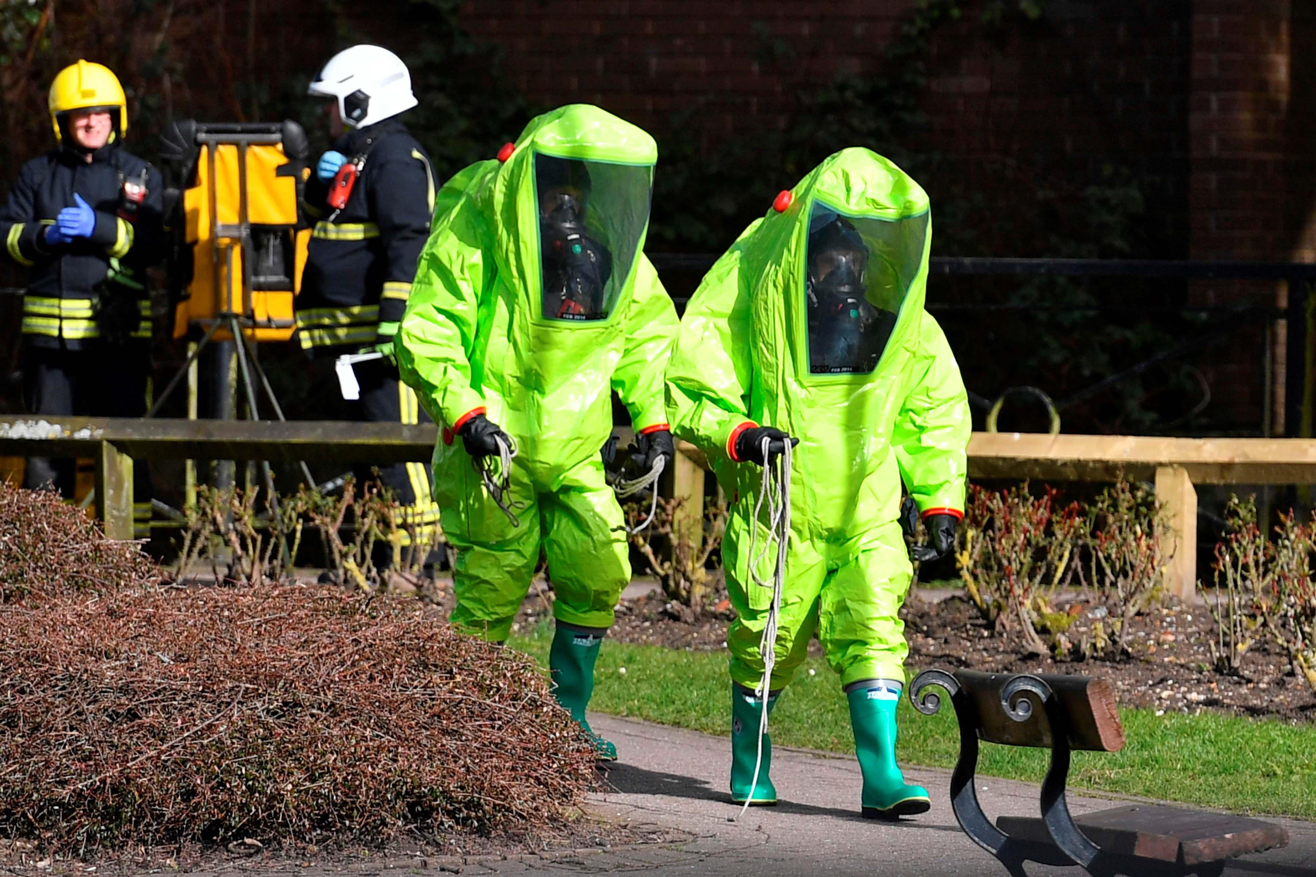 Policías con trajes especiales investigan el lugar donde fue encontrado Skripal con su hija.