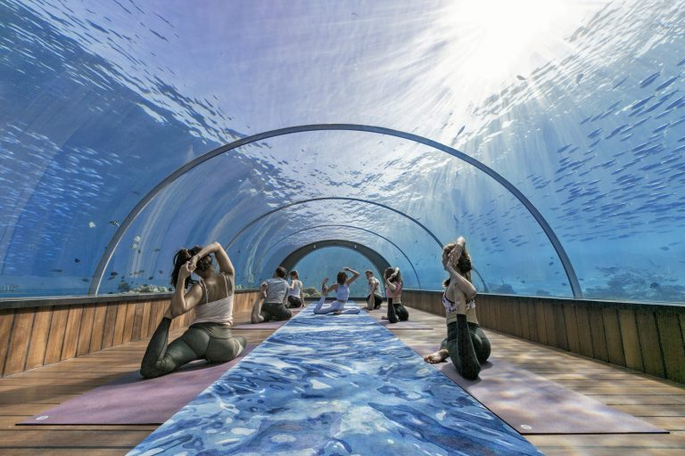 2_CATERS_WORLDS_FIRST_UNDERWATER_YOGA_CLASS_01-768x512