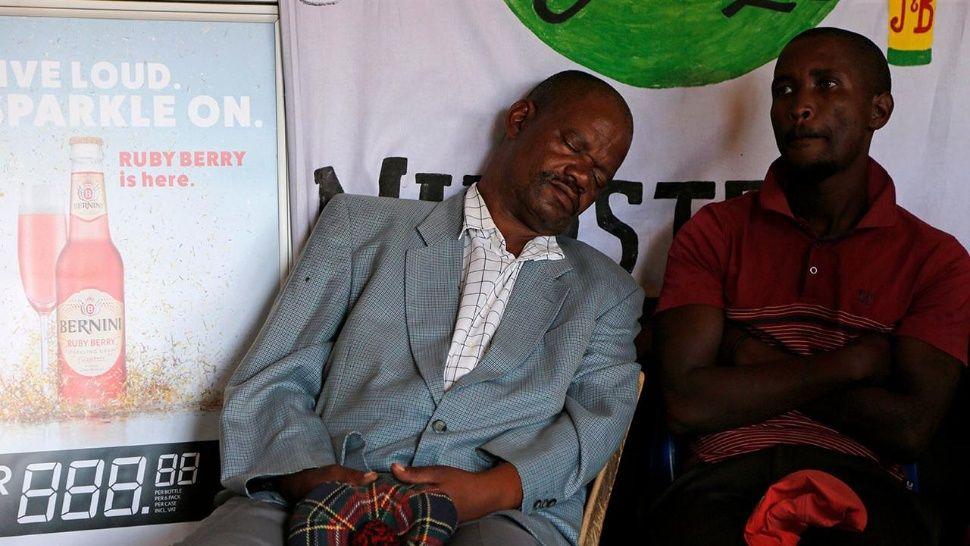 Uno de los fieles que se quedó dormido por la borrachera