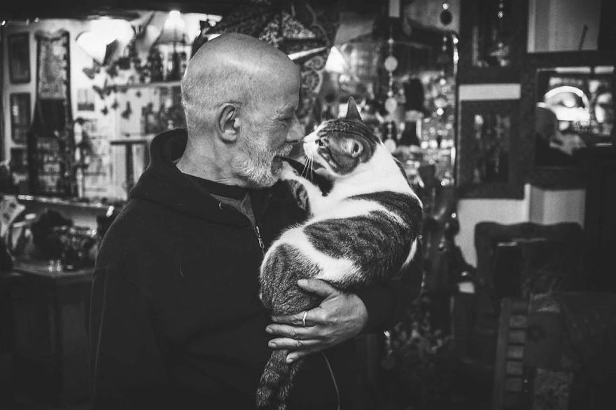 I-photograph-men-with-their-cats-and-the-result-is-cuteness-overload-5b03bab1d2d45__880