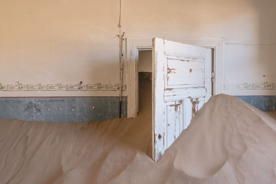 I-photograph-this-abandoned-mining-village-in-Namibia-5ae9e6d5bc7a1__880