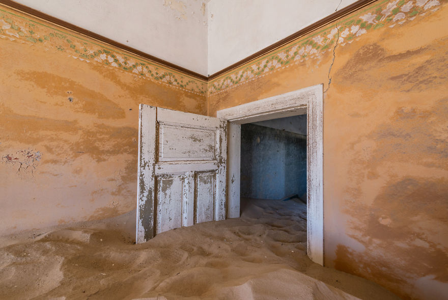 I-photograph-this-abandoned-mining-village-in-Namibia-5ae9e82ac85ac__880